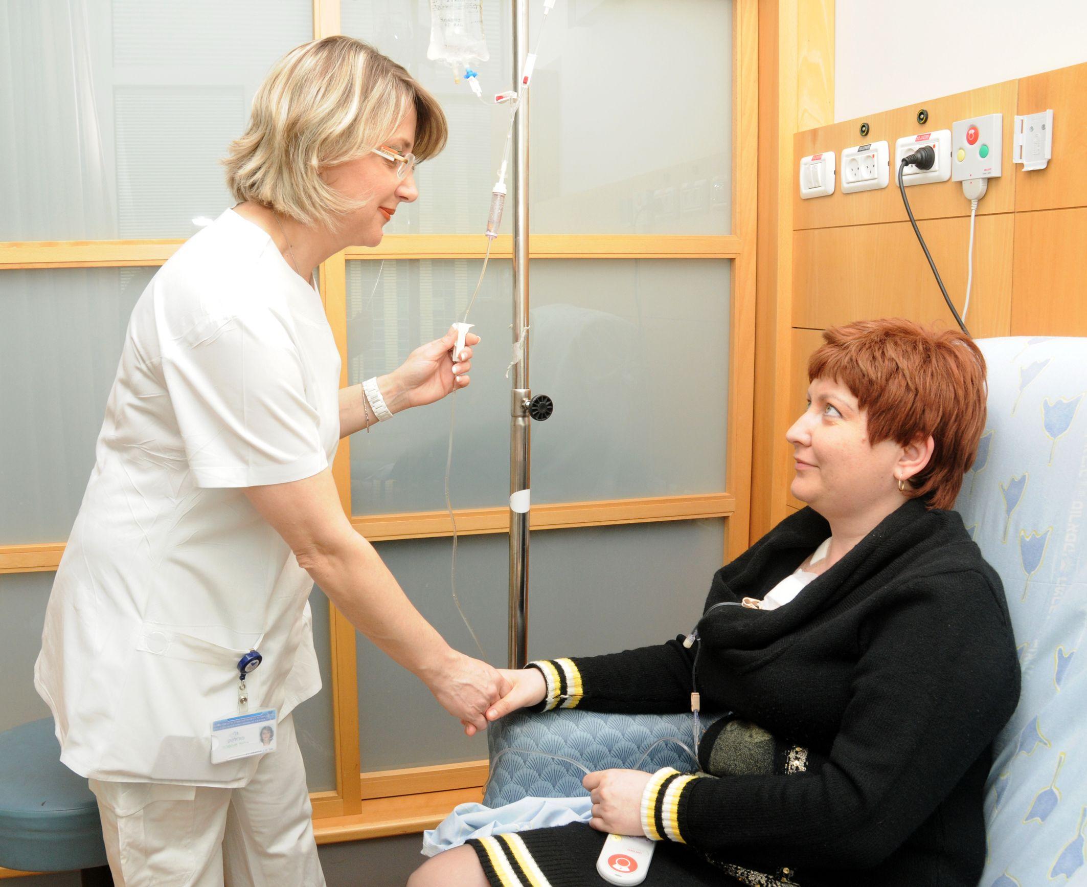 תמונה של חולה עם הסכמה מדעת שמשתתפת במחקר קליני תוך כדי טיפול.